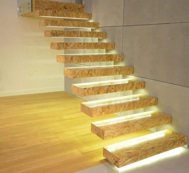 Wiszące schody z płyty OSB z oświetleniem LED
