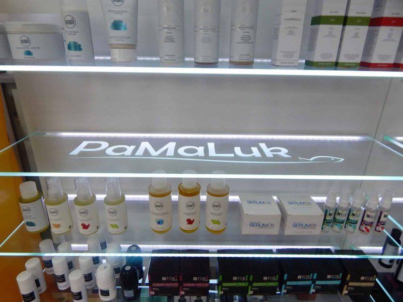 Logo umieszczone na półce