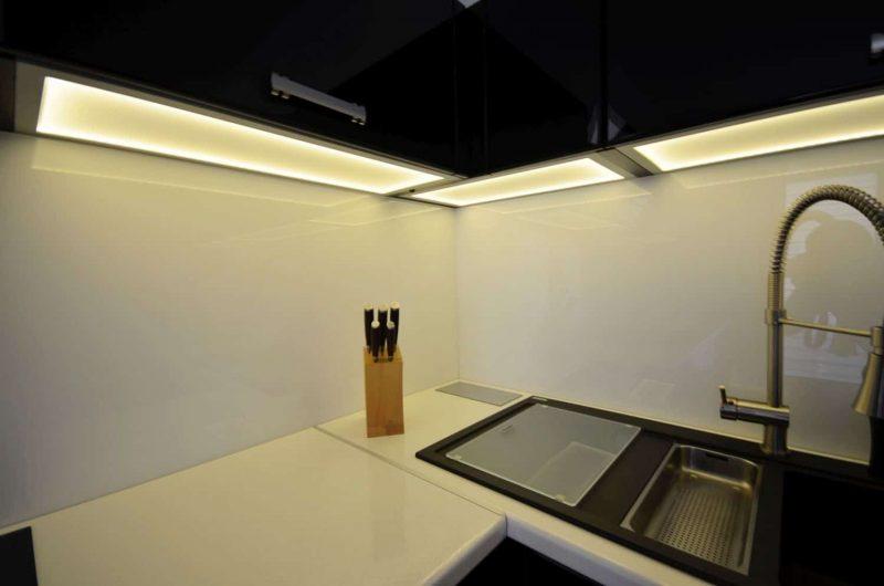 Czarna kuchnia z podświetlanymi wieńcami LED