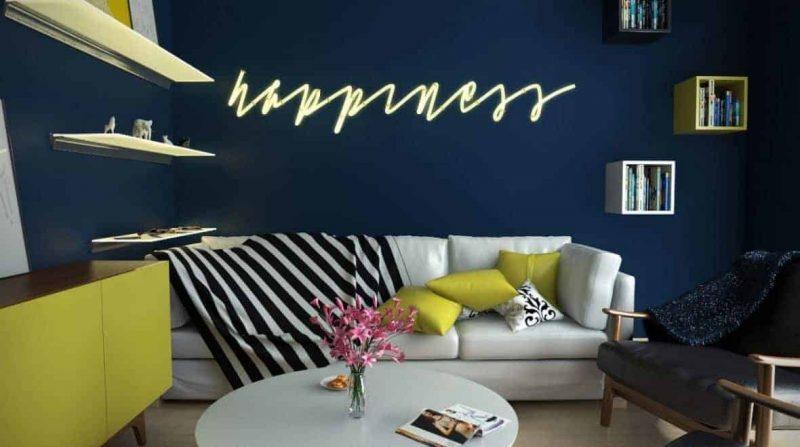 Wizualizacja salonu w kolorach navy blue z żółtymi dodatkami.