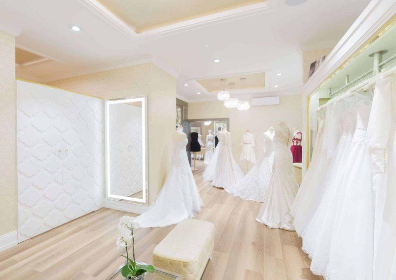 Duże lustra z oświetleniem LED w salonie ślubnym