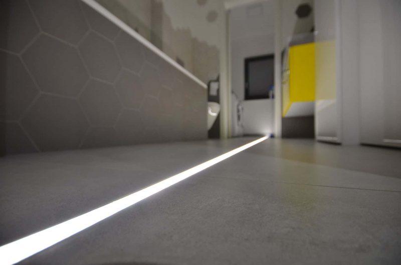 Oświetlenie liniowe w łazience w domu jednorodzinnym