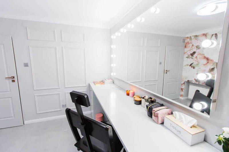 Duże lustro z żarówkami w Wonderland Atelier wizażu