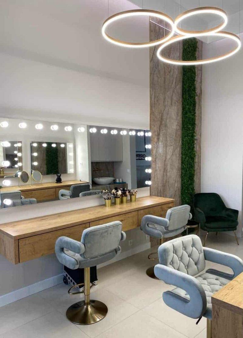 Lustra do makijażu w salonie kosmetycznym